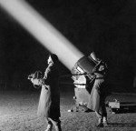 ATS-officers-in-training-operate-a-searchlight-1944-520x501